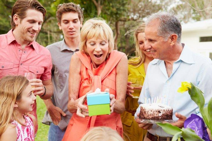 女性上司や母に人気の還暦祝いプレゼント10選!予算相場や喜ばれるメッセージ文例も紹介!
