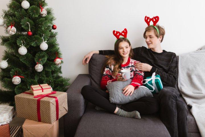 中学生の彼氏に人気のクリスマスプレゼント10選!予算相場や喜ばれるメッセージ文例も紹介