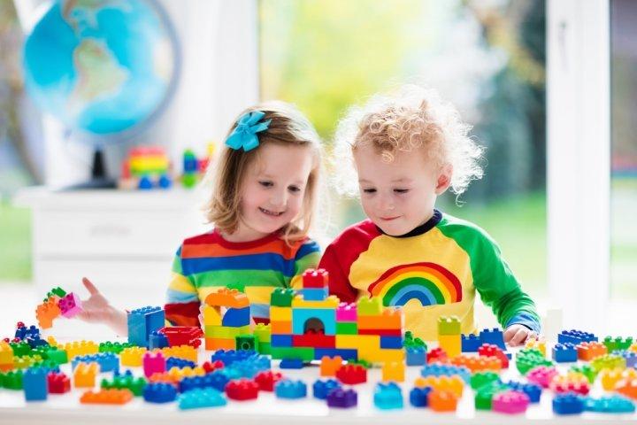 2歳の誕生日プレゼントに人気の知育玩具12選!アンパンマンなど喜ぶおもちゃをご紹介