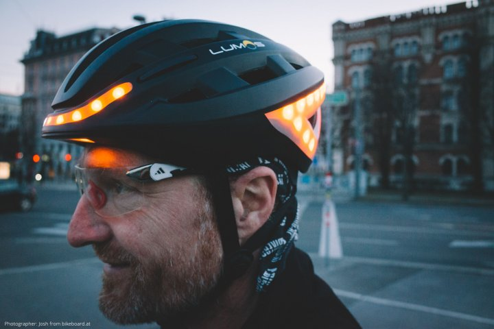 様々な機能が搭載された先進的な自転車用スマートヘルメット「Lumos Kickstart ヘルメット」の開発秘話に密着|UPJ株式会社