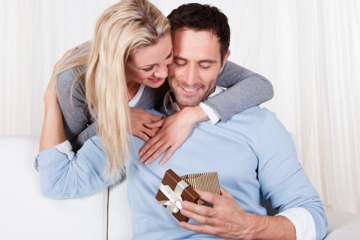 夫・旦那に喜ばれる人気の結婚記念日プレゼント10選!予算やメッセージ文例も紹介
