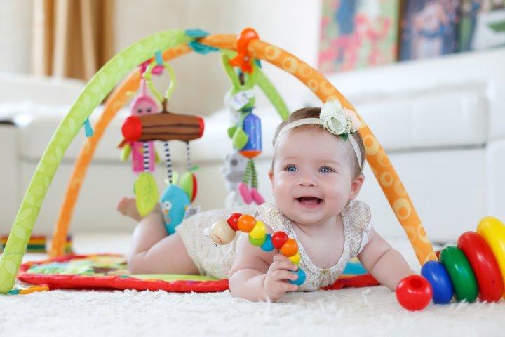 出産祝いに人気の知育玩具ランキング2020!0歳におすすめの布絵本や木のつみきなどをご紹介