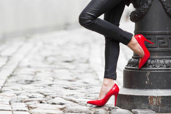 彼女のクリスマスプレゼントに人気の靴ブランドランキングTOP12!レペットやアグなどおすすめをご紹介