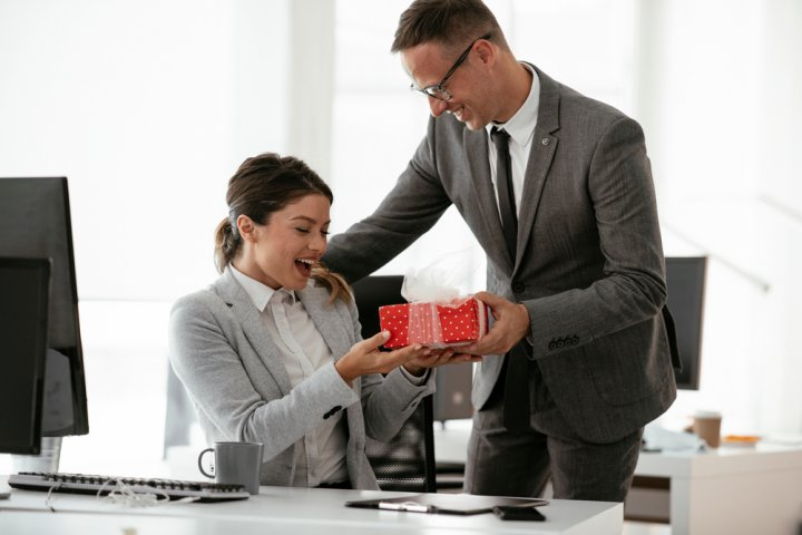 ホワイトデーに職場の方にプレゼントする人気&おすすめのお返し30選【2021年最新】