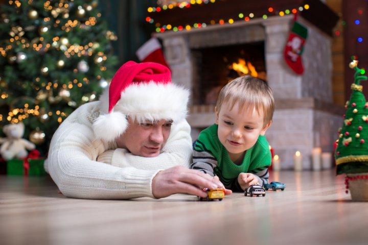 4歳の男の子に人気のクリスマスプレゼントランキング2019!ミニカーやプラレールが大好評