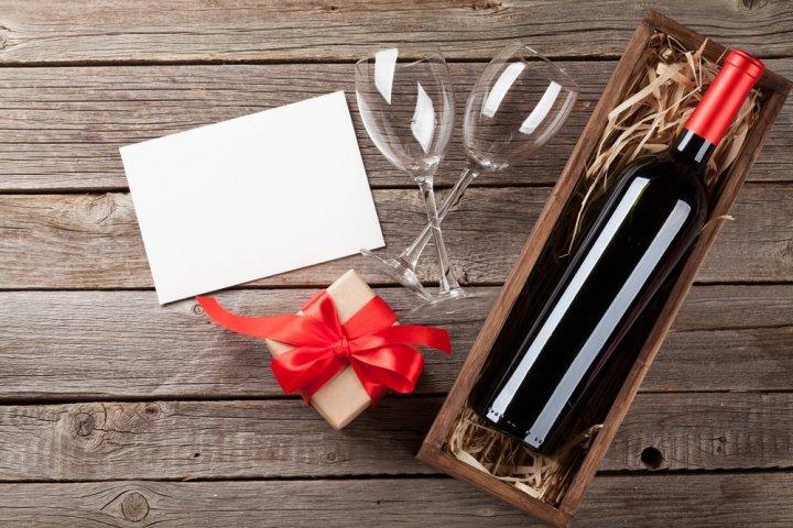 お祝いに喜ばれる名入れのお酒13選!ワインや焼酎などのおすすめプレゼントを紹介