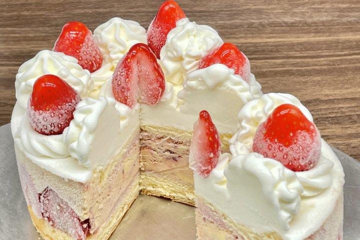 苺のショートケーキが華やかなさっぱり系アイスケーキに変身!見栄え抜群の「ストロベリーショートケーキ」の開発秘話を特集|欧風創作菓子店「ベルグの4月」