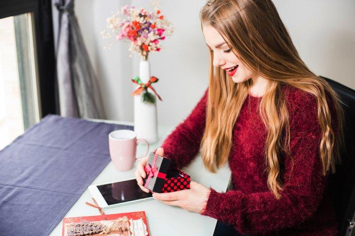 中学生の彼女に喜ばれる誕生日プレゼント特集!お揃いグッズのおすすめや人気ランキング、メッセージ文例も紹介!