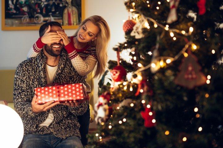 52f8a036b5abd5 40代の男性に人気のクリスマスプレゼントランキング2019!キーケースやマフラー