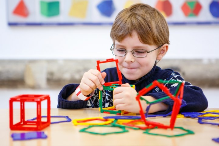 小学生のプレゼントに人気の知育玩具13選!パズルや実験キットなどをご紹介