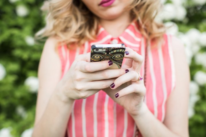 プレゼントに喜ばれるおしゃれなレディースiPhoneケース12選!女性に人気の手帳型などおすすめをご紹介