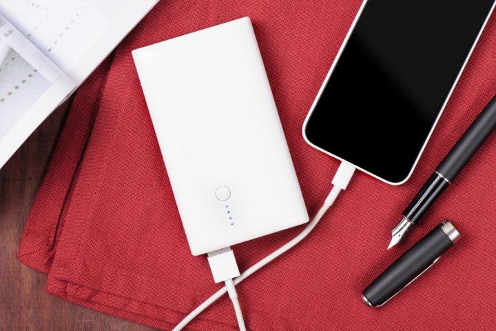 人気の薄いモバイルバッテリー2021!便利な大容量&急速充電式ならプレゼントにも!
