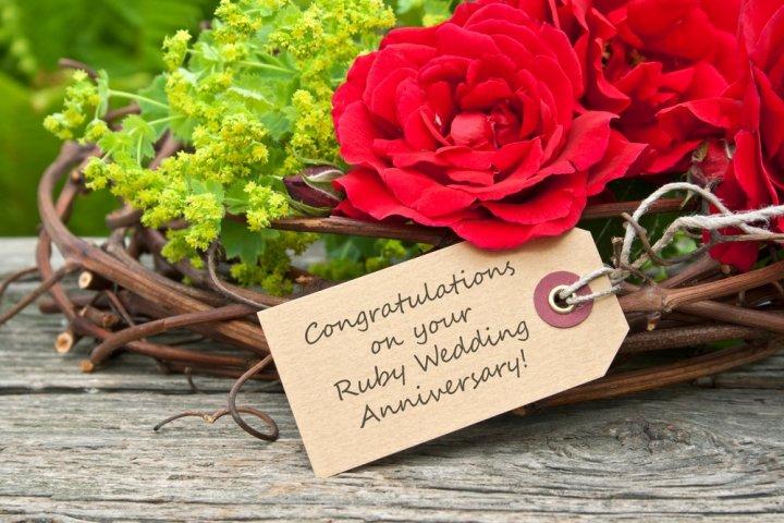 結婚記念日に40代の妻に喜ばれるプレゼントランキング2021!人気のアクセサリーなどをご紹介