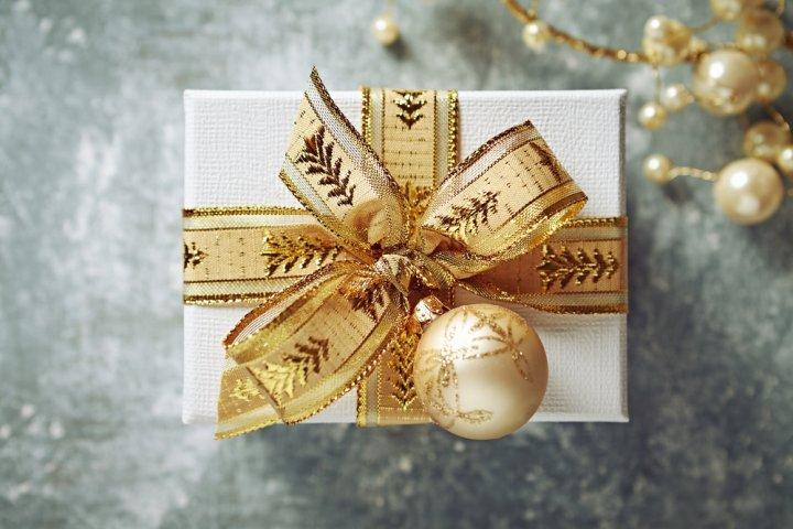 50代の彼女に人気のクリスマスプレゼントランキング2018!財布やネックレスが大好評