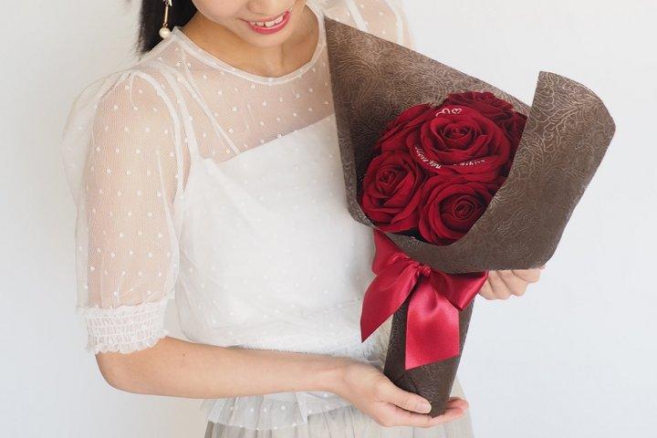 メッセージ・名前の刺繍ができる「スペシャルメッセージフラワー赤バラの花束」の開発秘話に密着!|株式会社メリアルーム
