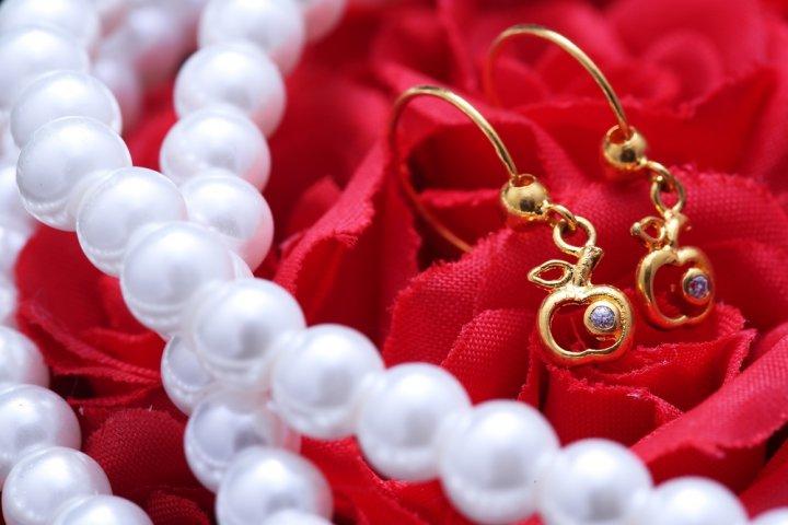 上品なゴールドのイヤリングは感激のプレゼント!パールやスワロフスキー付きが女性に大人気!
