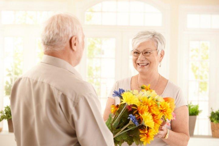 60代女性の先輩や妻に喜ばれる誕生日プレゼントガイド2021!人気ランキングやメッセージ文例も徹底紹介!