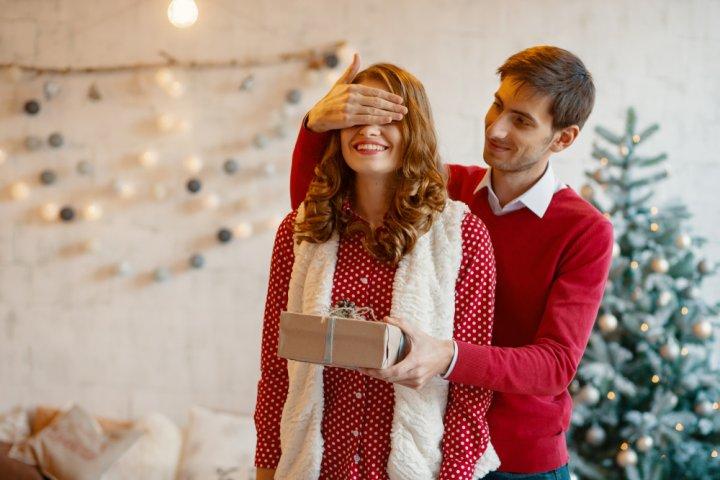 20代前半・20代後半の彼女に人気のクリスマスプレゼント特集!予算相場や喜ばれるメッセージ文例も紹介