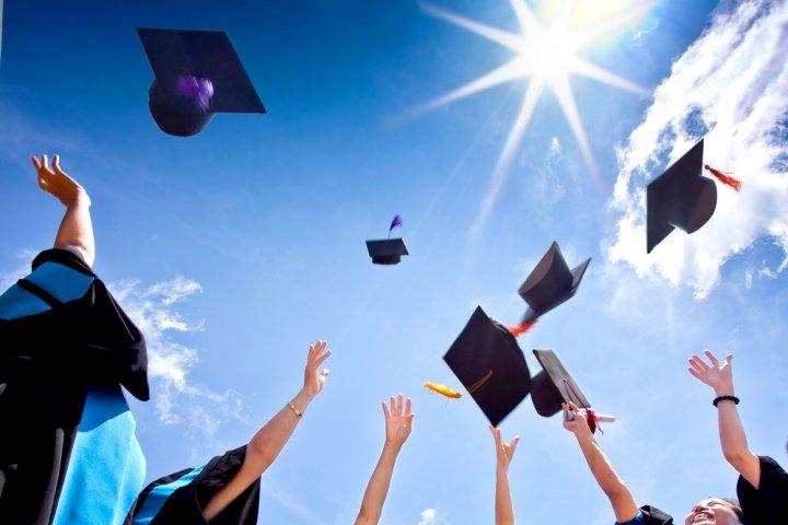 大学の卒業祝いに人気のプレゼント15選!予算や喜ばれるメッセージ文例も紹介