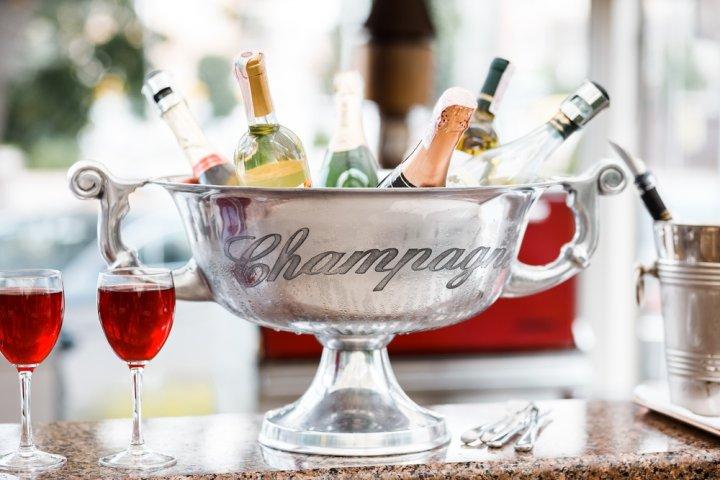 高級シャンパンの贈り物12選!人気のモエやヴーヴ・クリコのほか豪華で喜ばれる商品をご紹介!