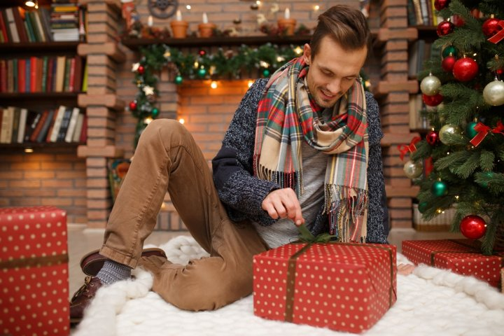 30代の彼氏に人気のクリスマスプレゼントガイド!予算相場やおすすめの過ごし方、喜ばれるメッセージ文例も徹底紹介