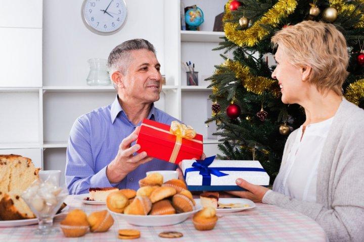 50代の彼氏に人気のクリスマスプレゼントランキング2019!ワインや長財布などをご紹介