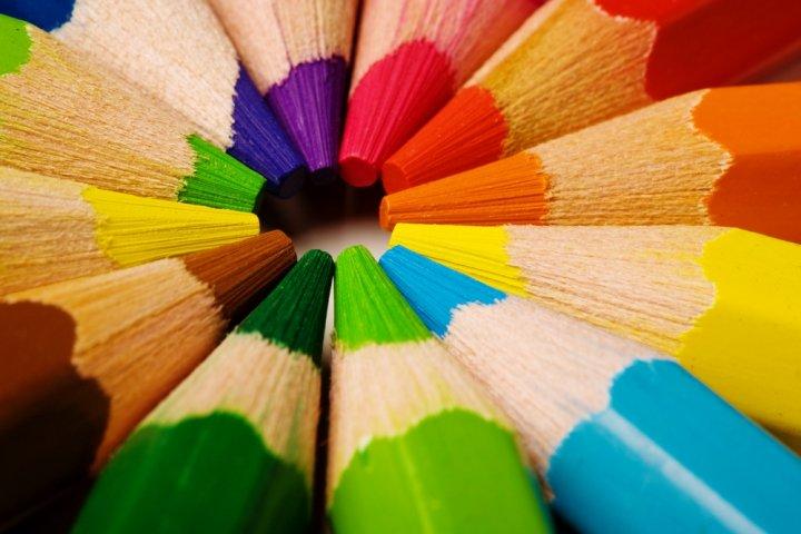 人気のブランド色鉛筆ランキング2021!ファーバーカステルやカランダッシュなどのおすすめプレゼントを紹介