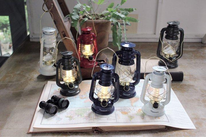 一見古いオイルランプのようなレトロなデザインの「SPICE OF LIFE バカンス LEDランタン ネイビー」の開発秘話を解明!|株式会社スパイス