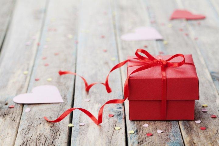 大学生の彼女に人気の誕生日プレゼントランキングTOP10!ペアリングのおすすめや予算相場、喜ばれるメッセージ文例も紹介