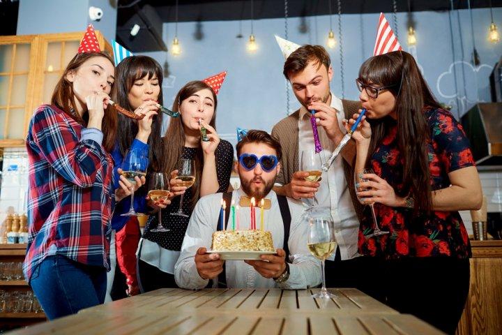 男友達の誕生日に喜ばれる1000円のプレゼント人気ランキング2021!ハンカチやタンブラーも好評