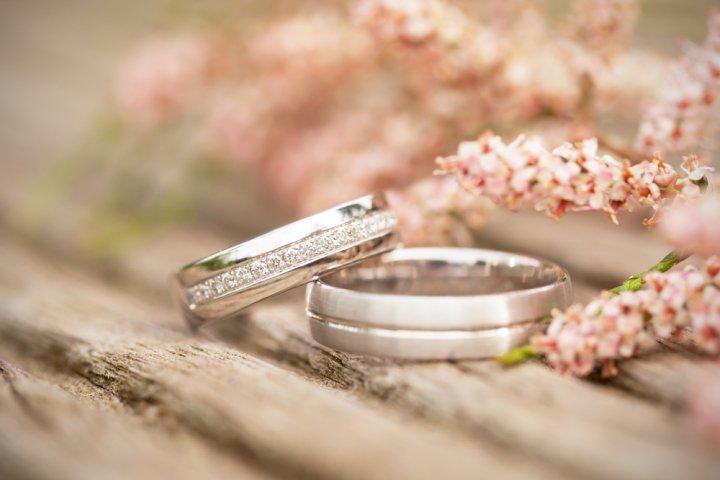 結婚5年目の木婚式に人気の結婚記念日プレゼントランキングTOP10!予算相場や喜ばれるメッセージ文例も紹介