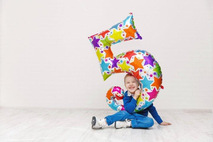 5歳の男の子に喜ばれる誕生日プレゼント おすすめ人気ランキングTOP15!予算相場、メッセージ文例も紹介
