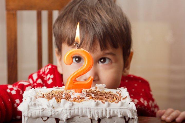 2歳の男の子に喜ばれる誕生日プレゼント10選!人気ランキングや予算、メッセージ文例も紹介