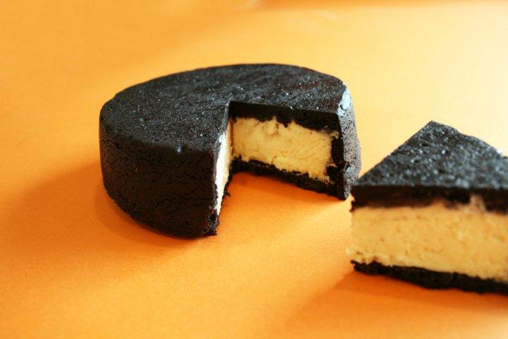 ブラックココアサブレと濃厚チーズケーキのコラボが絶品!「まっ黒チーズケーキ」の開発秘話をインタビュー|株式会社ちきりや