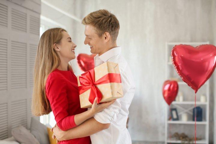 高校生の彼氏に喜ばれる誕生日プレゼント攻略法!人気プレゼントランキングやおすすめサプライズ、メッセージも徹底紹介