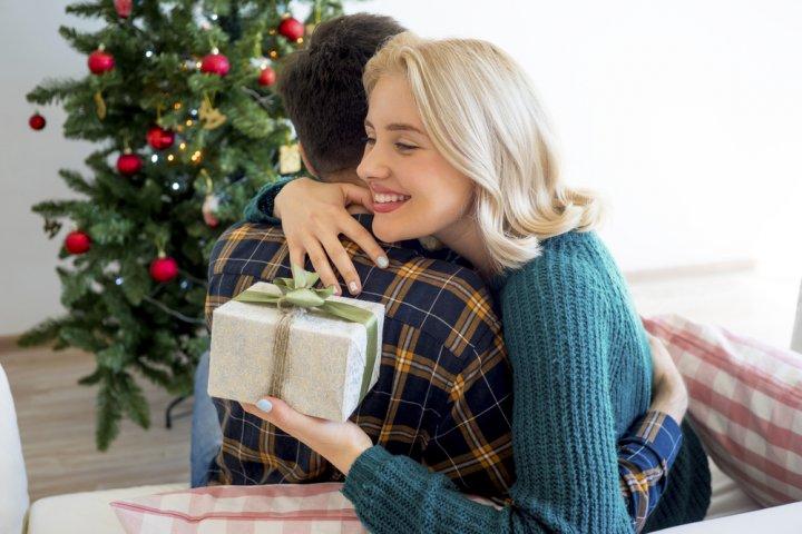 30代の彼女が最高に喜ぶクリスマスプレゼントランキング!予算・相場やおすすめの渡し方も徹底解説