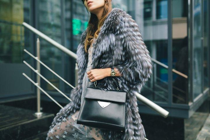 大切な女性に喜ばれる高級バッグのプレゼント!上質な本革でシンプルデザインがおすすめ!