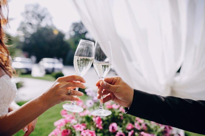 結婚祝いのプレゼントに人気のお酒ランキング2020!名入れやお花セットも好評!