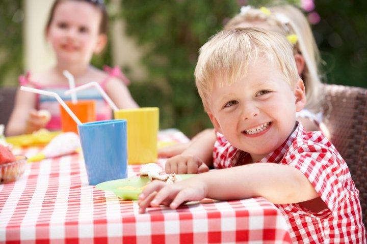 3歳の男の子に人気の誕生日プレゼント10選!予算相場や喜ばれるメッセージ文例も紹介
