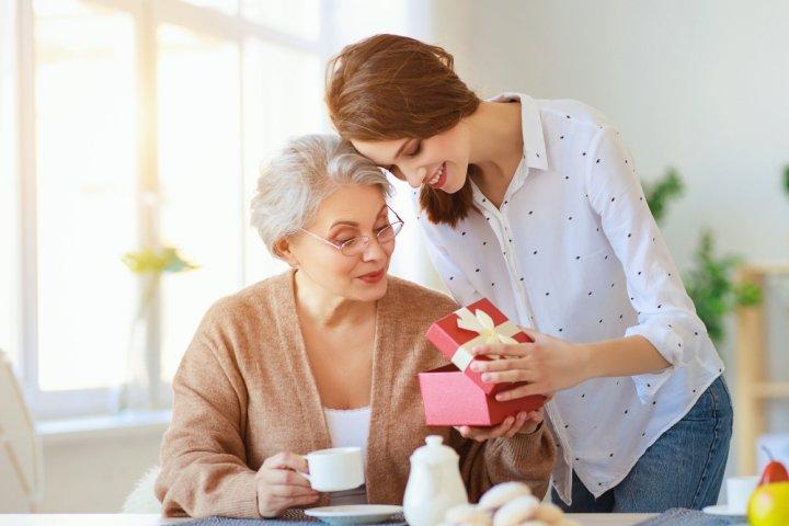 義母に喜ばれる&おすすめの誕生日プレゼント 人気ランキングTOP15!メッセージ文例も紹介!