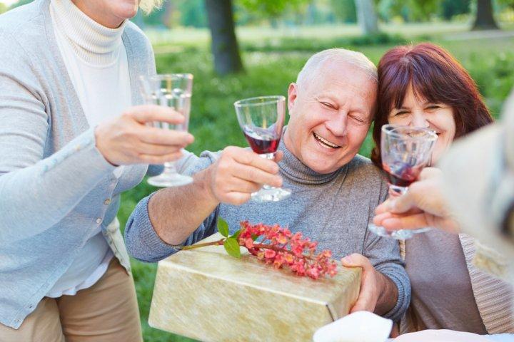 60代男性が喜ぶ人気&おすすめの誕生日プレゼント!上司や父親に喜ばれるアイテムランキングやメッセージ文例も紹介!