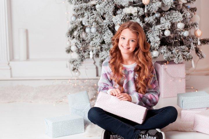 中学生の彼女に喜ばれる人気のクリスマスプレゼント10選!お揃いグッズのおすすめや予算相場、メッセージ文例も紹介