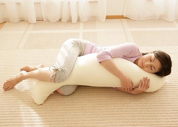 腰・肩・ひざの負担を軽減する「王様の抱き枕」大人気商品の開発秘話をインタビュー Beech株式会社