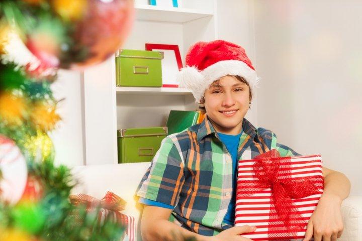男子中学生の彼氏、男友達がもらって嬉しい人気のクリスマスプレゼントガイド2019!予算相場やメッセージ文例も紹介!