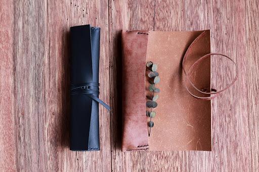 馴染みの良い上質な牛革で作られた、所作を愉しむ紐巻きペンケース「紐巻きペンケース futae ブラック」の開発秘話に注目|株式会社KAKURA