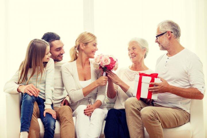 両親の結婚記念日におすすめのプレゼント特集2019!予算相場やサプライズ、喜ばれるメッセージ文例も徹底紹介