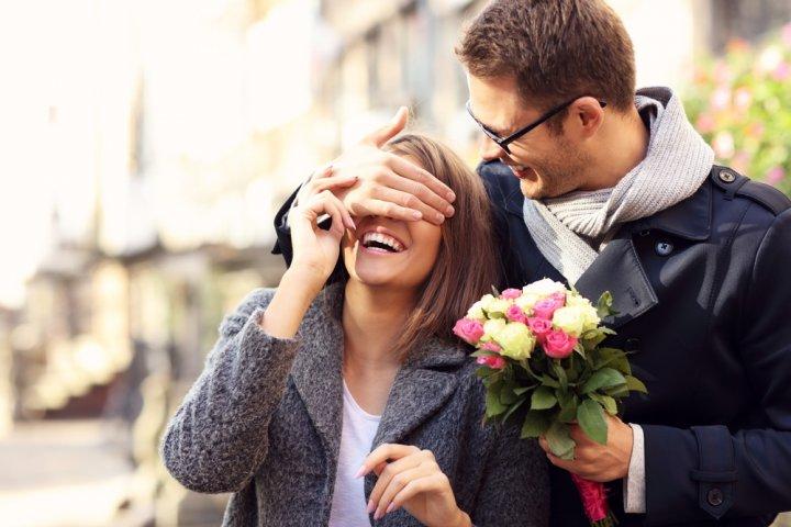 4年目の結婚記念日・花実婚式に人気のプレゼントランキング2020!花束や花時計がおすすめ