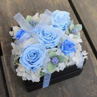 サムシングブルーが素敵♡ BOXに詰まった美しい花々