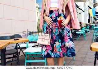 7. Rok Bermotif Bunga untuk Kekasih yang Feminin