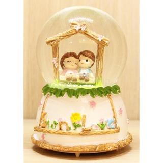 7. Snow Globe dengan Bentuk Lucu